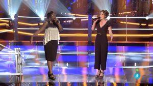 Deborah Ayo y Lucía Pérez cantando en 'Las batallas'
